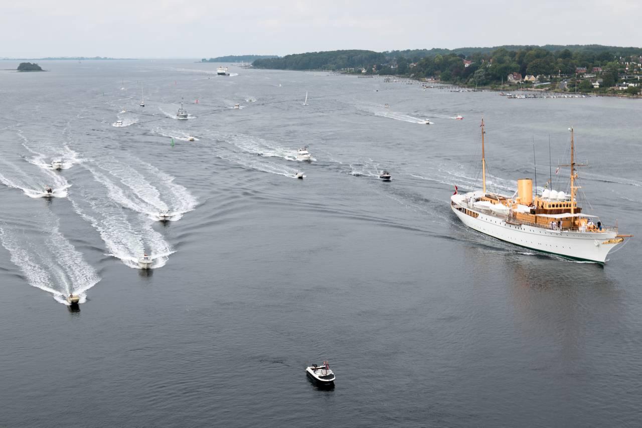 En flåde af lokale sejlere og motorbådsfolk havde valgt at eskortere Dannebrog gennem Svendborgsund. Foto Søren Stidsholt Nielsen.