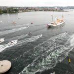 Eskorten af lokale lystfarøjer fulgte Dannebrog det meste af vejen ind til kajen ved Maritimt Center. Foto Søren Stidsholt Nielsen.