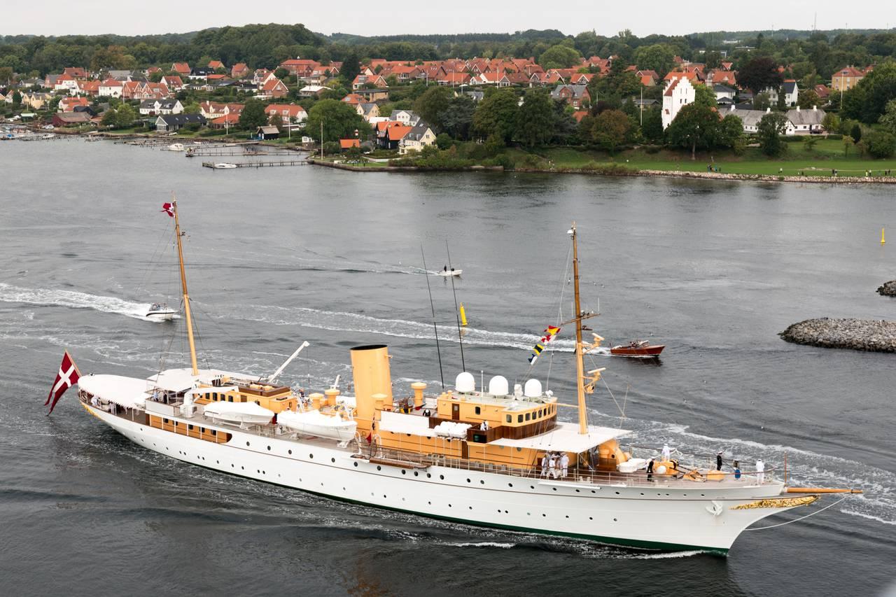 Klokken er 0936 - og kongeskibet Dannebrog passerer under Svendborgsundbroen. Foto Søren Stidsholt Nielsen.