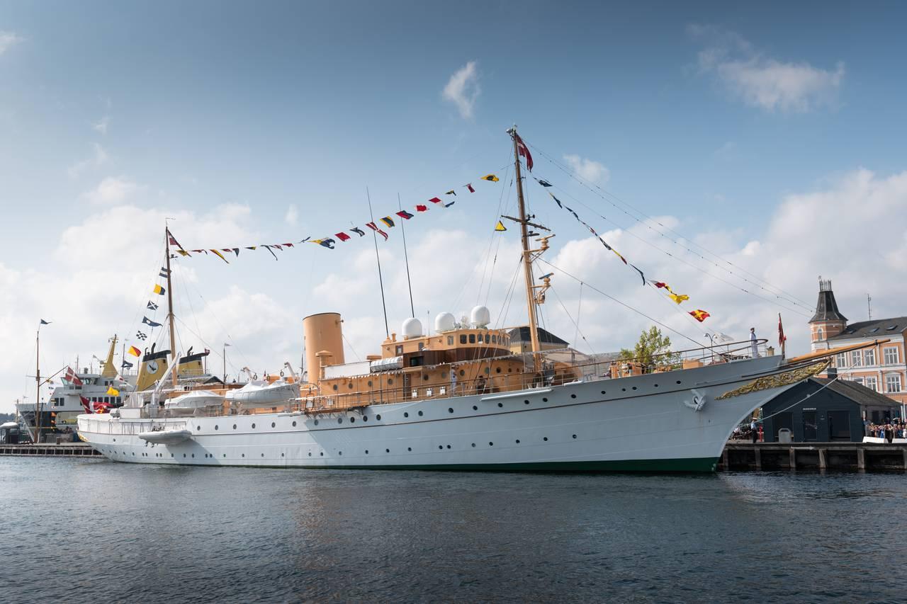 Smuk er den 86-årige, royale jagt - kongeskibet Dannebrog ved Honnørkajen i Svendborg. Foto Søren Stidsholt Nielsen.